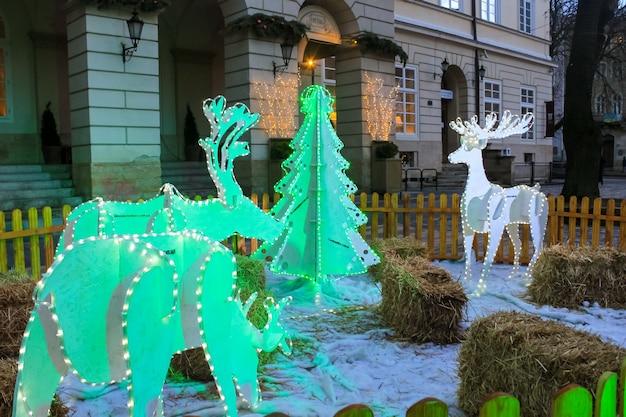 Lviv, ukraine - 12. januar 2016: licht weihnachtsdekorationen in der nähe eines rathauses am rynok square