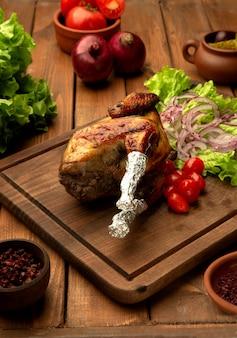 Lyavanga huhn mit kirschtomaten, zwiebeln und kopfsalat