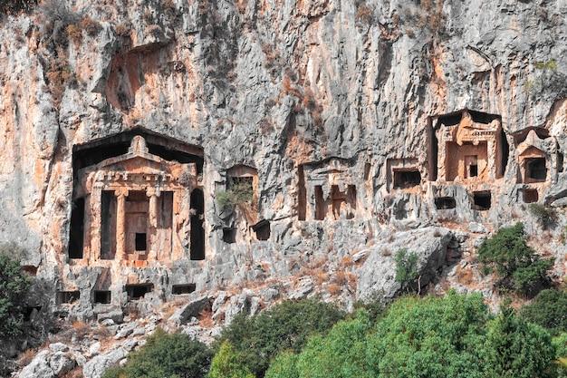 Lykische felsengräber von kaunos nahe dalyan südtürkei. alte nekropole der lykischen gräber in den bergen