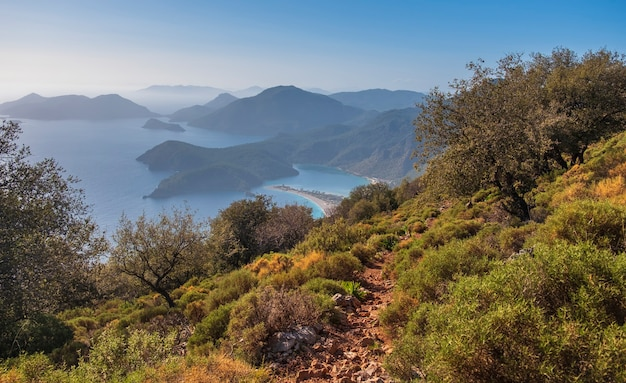 Lykischer weg über die blaue lagune von oludeniz in der provinz mugla, fethiye in der türkei