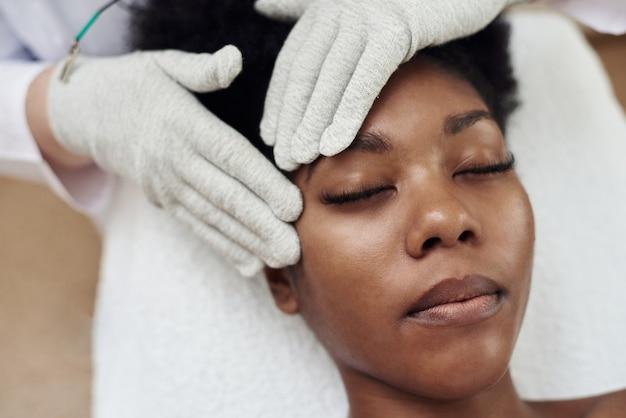 Lymphdrainage-massage. mikrosensorische elektrische bio ems-mikrostrombehandlung zur elektrostimulation von gesicht und körper sowie zur muskelaufbau