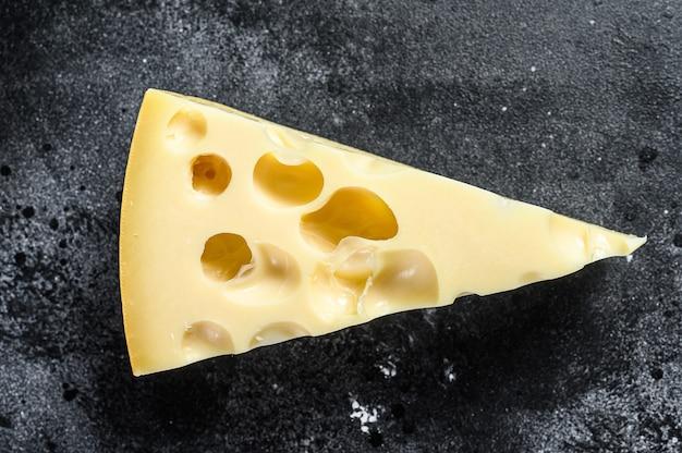 Maasdam-käse mit löchern, milchgelbes dreieck