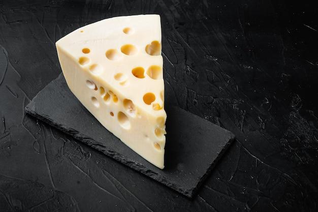 Maasdam-käseset auf schwarzem stein