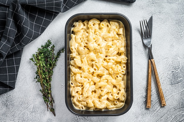 Mac and cheese amerikanische makkaroni-nudeln mit käsiger cheddarsauce