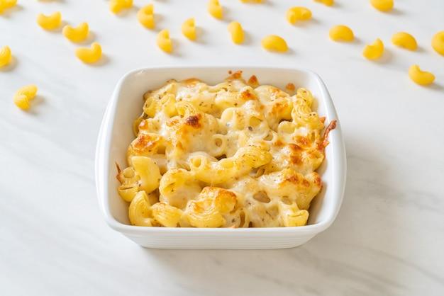 Mac and cheese, makkaroni-nudeln in käsesauce - nach amerikanischer art