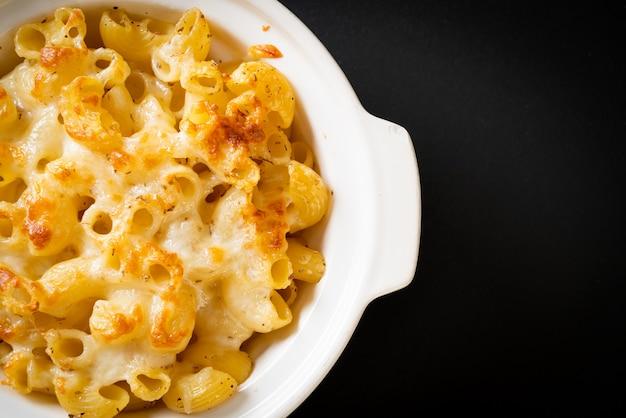 Mac und käse, makkaroni-nudeln in käsesauce - amerikanische art