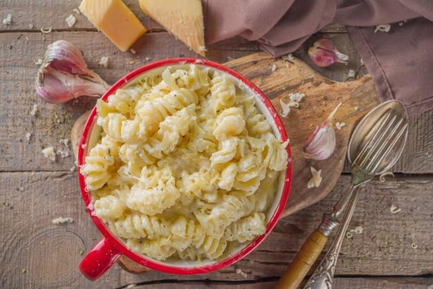 Mac und käse, makkaroni-nudeln nach amerikanischer art in käsiger weißer sauce