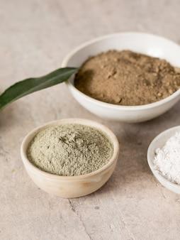 Maca wurzelpulver hanf oder cannabismehl und kokamehl. nahrungsergänzungsmittel superfood aus andies