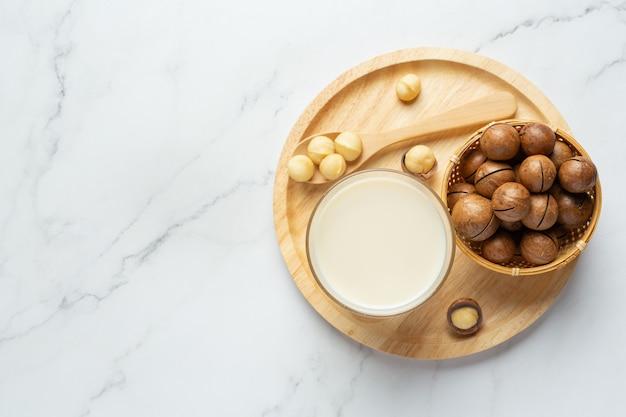 Macadamia weiße milch servierfertig