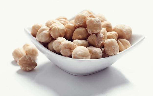 Macadamianüsse auf weißer schüssel