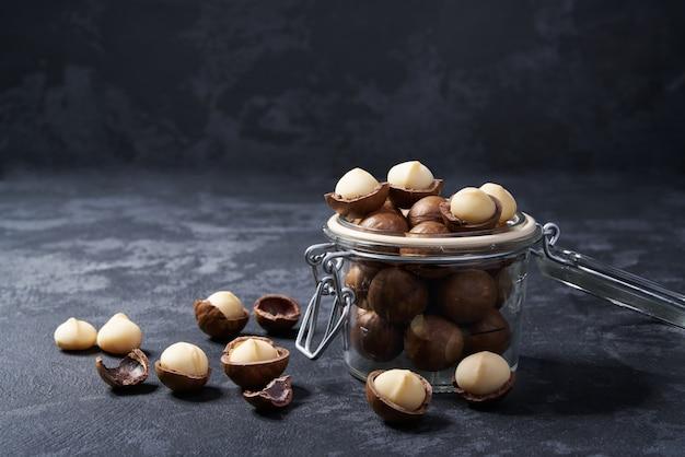 Macadamianüsse in einem offenen glasgefäß, nahaufnahme.