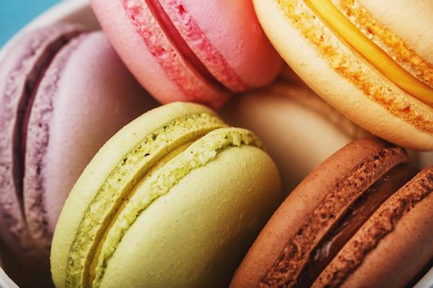 Macaron-kekse mit unterschiedlicher farbfüllung nahaufnahme, makro.