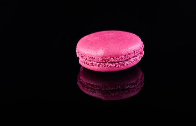 Macaron pink auf einer schwarzen oberfläche