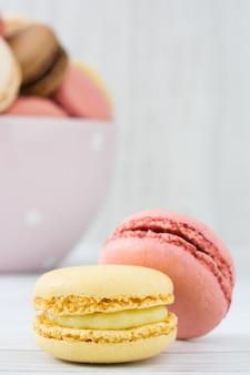 Macarons auf einer weißen hölzernen tabelle