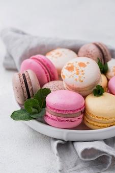 Macarons mit minze auf schüssel