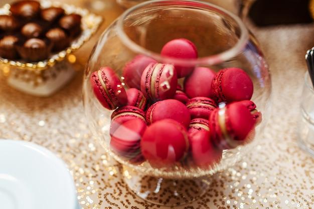 Macarons stehen in runder transparenter schale