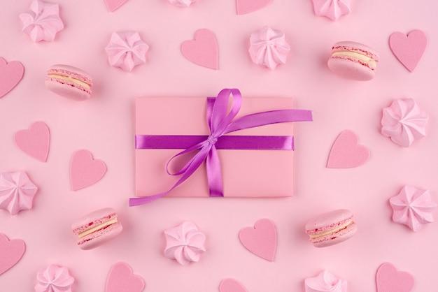 Macarons und meringe für valentinstag mit geschenk