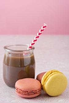 Macarons und schokoladenmilchshake