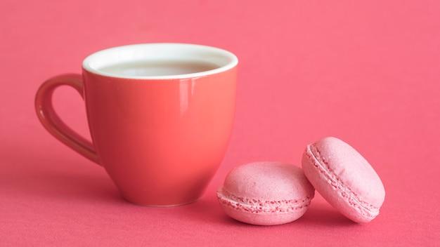 Macarons und tasse