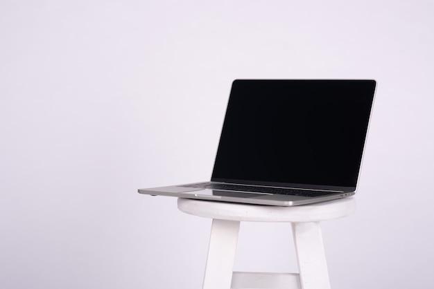 Macbook auf einem weißen hintergrund