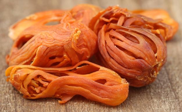 Mace oder javitri spice auf holzoberfläche