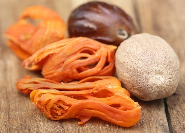 Mace oder javitri spice mit muskatnuss auf holzunterlage