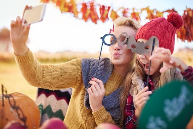 Mach ein selfie mit lustigen gesichtern