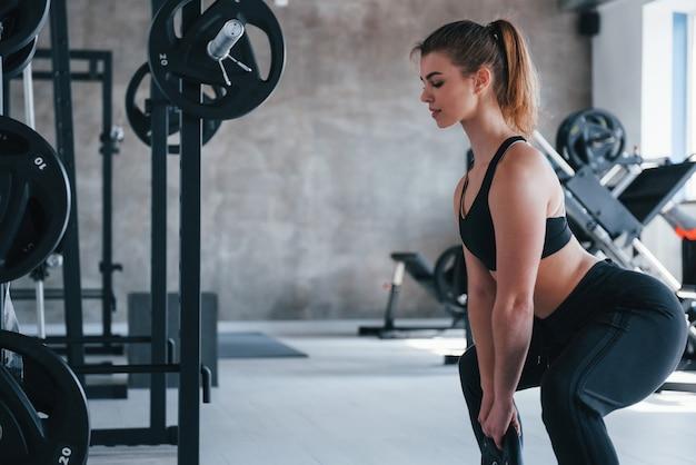 Mach es reibungslos. wunderschöne blonde frau im fitnessstudio zu ihrer wochenendzeit
