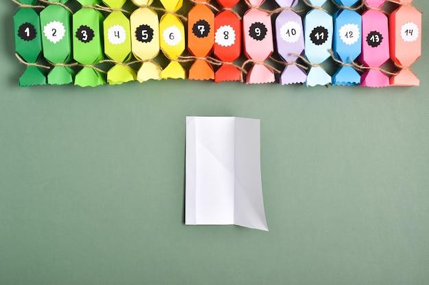 Mach es selbst. adventskalender aus buntem papier in form von süßigkeiten. ausführliche schritt-für-schritt-anleitung. neujahrshandwerk.