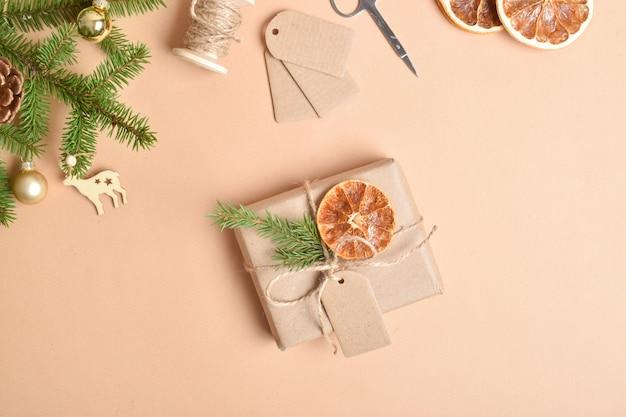 Mach es selbst. geschenkverpackung für silvester und weihnachten. schritt-für-schritt-anleitung für geschenkverpackungen aus umweltfreundlichem material.