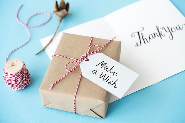 Mache einen wunschanhänger auf einer geschenkbox