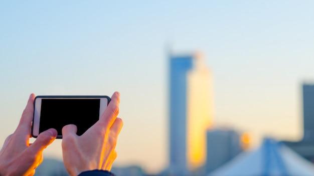 Machen sie ein stadtfoto auf einem smartphone