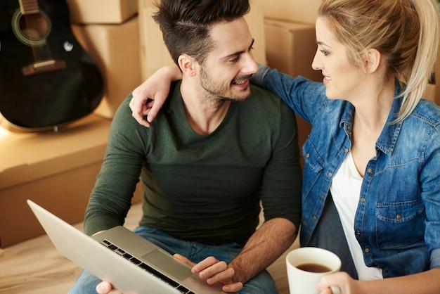 Machen sie eine kaffeepause und entspannen sie mit laptop