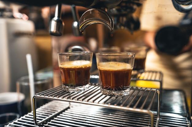 Machen sie kaffee aus der maschine zu hause, kaffee in einer tasse aus der maschine