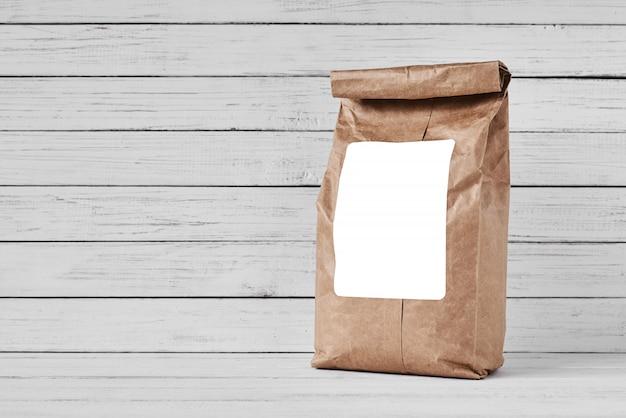 Machen sie papiertüte auf weißem hintergrund, kopienraum in handarbeit