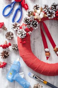 Machen sie roten weihnachtskranz diy handgemacht