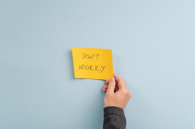 Machen sie sich keine sorgen zeichen auf gelbem post-it-papier