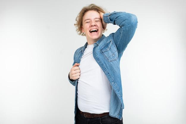 Macho kerl in einem karierten hemd weit offen halten seine haare auf einem weißen studiohintergrund