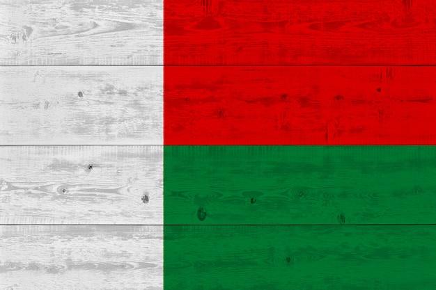 Madagaskar flagge auf alten holzbrett gemalt