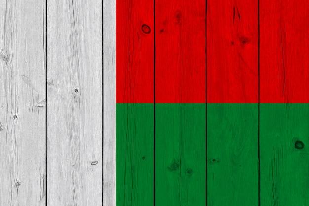 Madagaskar-flagge gemalt auf alter hölzerner planke