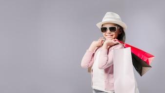 Mädchen, das mit Einkaufstaschen aufwirft
