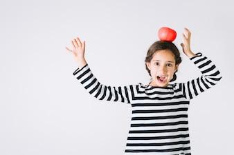Mädchen, das Spaß mit Tomate hat