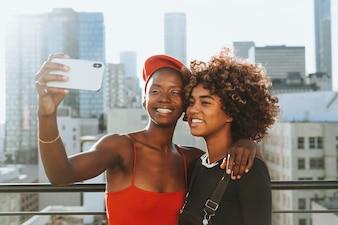 Mädchen, die ein selfie auf einer Dachspitze nehmen
