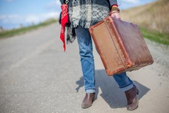 Mädchen mit einem Koffer auf der Straße