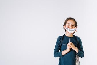 Mädchen mit Papierlächeln