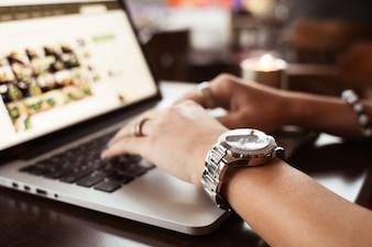 Mädchen mit Uhren Eingabe auf macbook