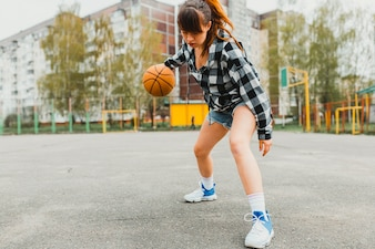 Mädchen spielt Basketball