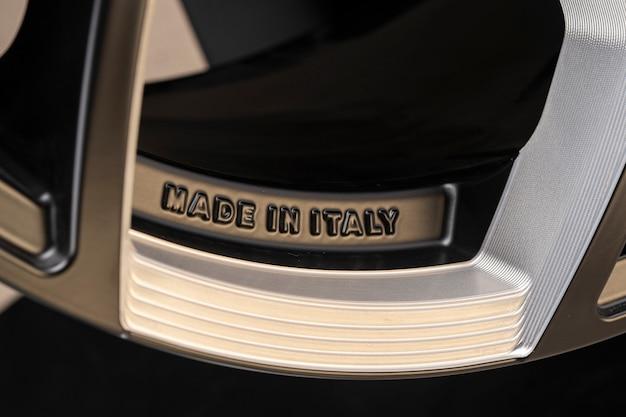 Made in italy-text auf der felge eines aluminiumgussrades. italienische europäische produktion.