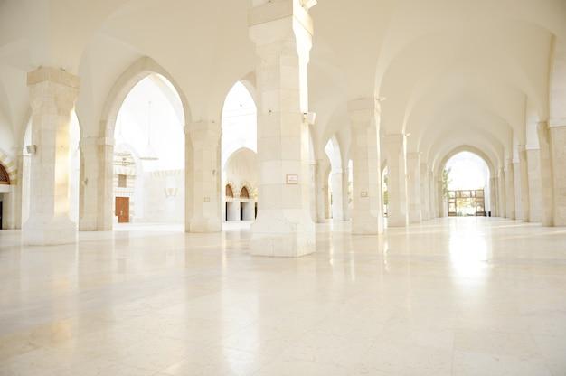 Madina-moschee leer, begrifflich innen des orientalischen gebäudes. fantastischer hintergrund.