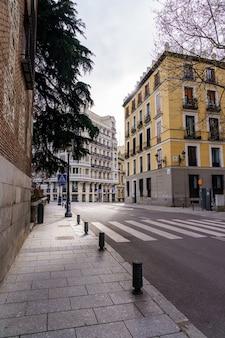 Madrider straße mit neoklassizistischen gebäuden in verschiedenen farben und typischen balkonen. spanien.